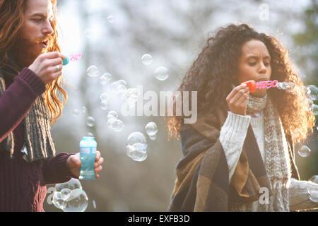 Paar Seifenblasen in Landschaft - Stockfoto
