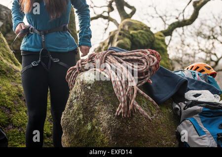 Klettergurt Frauen : Frau klettergurt anziehen stockfoto bild alamy