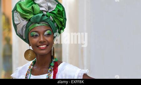 Baiana, lächelnd brasilianische Frau afrikanischer Herkunft, die traditionelle Kleidung in Pelourinho, Salvador, - Stockfoto