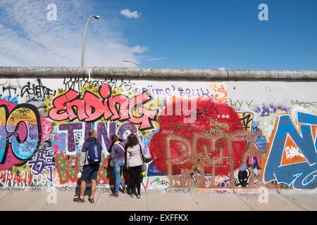 Graffiti auf ursprünglichen Abschnitt der Berliner Mauer an der East Side Gallery in Friedrichshain Berlin Deutschland - Stockfoto