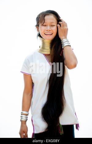Young Kayan Hügel Stamm Frau ihr Haar in Chiang Mai, Thailand, Asien zu tun. - Stockfoto