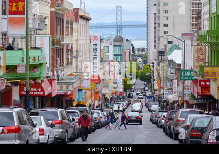 19 Mai 2015:Chines Menschen SAN FRANCISCO und Oakland Bay Bridge gesehen von Chinatown in San Francisco, CA. ItÕs - Stockfoto