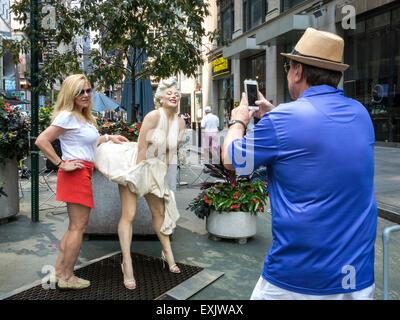 Touristen posieren und unter Fotos, Marilyn Monroe Seven Year Itch Statue, Seward Johnson zeigen, Broadway Fußgänger - Stockfoto