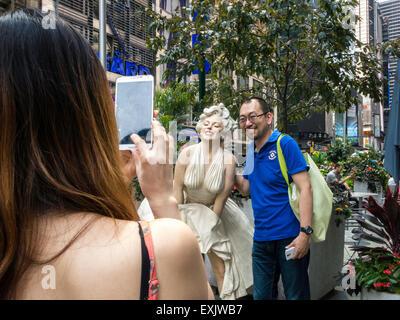 Touristen posieren und dabei Fotos, Marilyn Monroe sieben Jahr Jucken Statue, Seward Johnson aufweisen, Broadway - Stockfoto