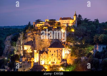 Dämmerung Blick über der mittelalterlichen Stadt Rocamadour, Lot, midi-Pyrenäen, Frankreich - Stockfoto