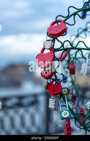 Bunte Liebe Schlösser befestigt an Metall Baum auf der Brücke Luschkow, Moskau, Russland - Stockfoto
