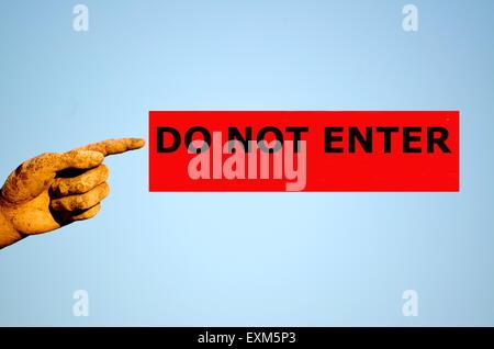 Finger mit rechteckigen roten Etikett DO NOT ENTER - Stockfoto
