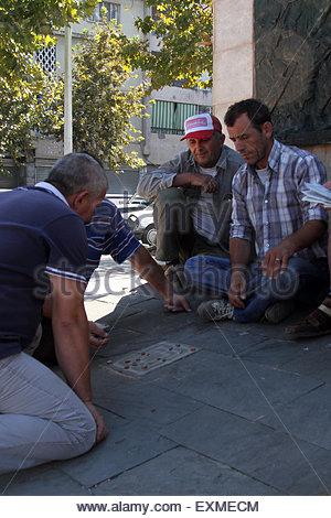 """Tirana, Albanien. 06. September 2013. Männer, die ein Spiel von """"Titzmitz"""" im Schatten der Statue zu unbekannten - Stockfoto"""