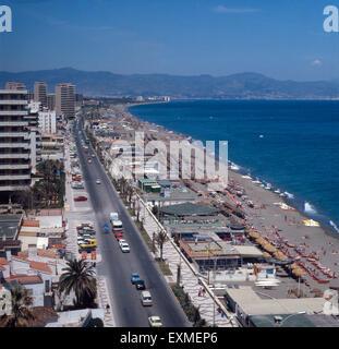 Die Küstenstraße bin Strand El Bajondillo in Torremolinos, Andalusien, Spanien 1980er Jahre. Coastal Straße entlang - Stockfoto