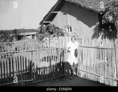 Mahatma Gandhi vor seiner Hütte im Sevagram Ashram; 1941 NICHT HERR - Stockfoto