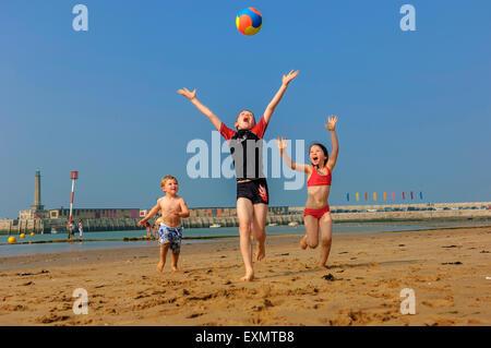 Kinder mit einem Wasserball auf Margate Beach. Kent. UK - Stockfoto