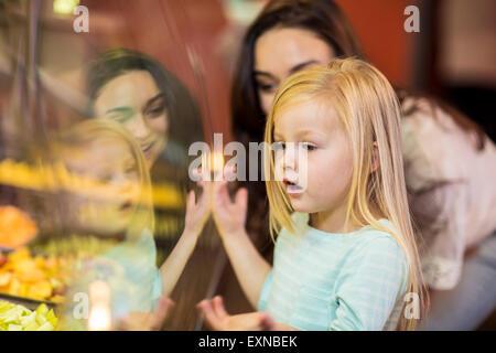 Mutter und Tochter schauen Obstsalat im Supermarkt - Stockfoto