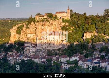 Sonnenaufgang über der mittelalterlichen Stadt Rocamadour, Lot, midi-Pyrenäen, Frankreich - Stockfoto