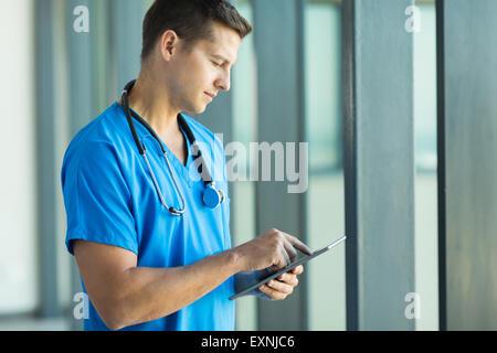gut aussehende junge Gesundheitswesen Arbeiter mit TabletPC - Stockfoto