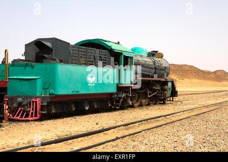 Eine alte türkische Dampfzug verwendet im Film Lawrence von Arabien sitzt In der Saudi-Wüste von Wadi Rum, Jordanien - Stockfoto