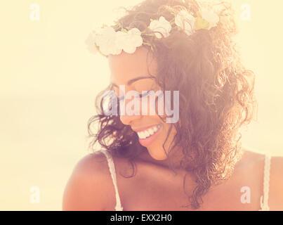 Junge Frau tragen Kranz - Stockfoto