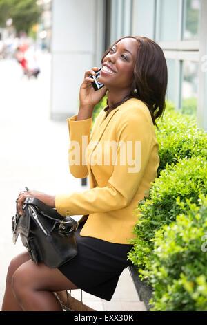 Lächelnde Frau am Telefon - Stockfoto