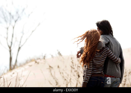 Paar steht am Strand - Stockfoto
