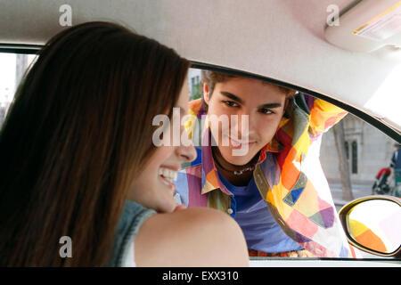 Paar Flirten im Auto