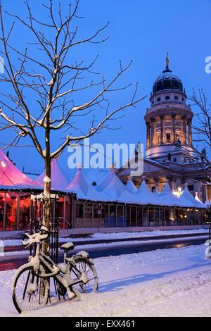 Gendarmenmarkt, verschneite Fahrrad gegen Kahler Baum geparkt - Stockfoto