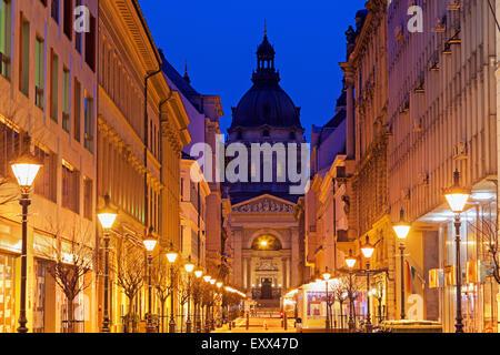 Blick entlang der beleuchteten Zrinyi Strasse - Stockfoto
