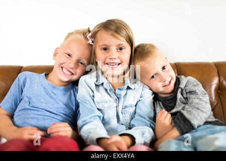 Lächelnd auf Sofa sitzen Kinder (2-3, 4-5)