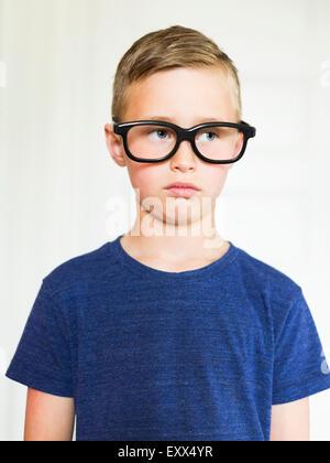 Porträt des jungen (6-7) tragen Brillen Stockfoto