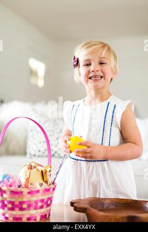 Porträt von Mädchen (2-3) Holding candy - Stockfoto