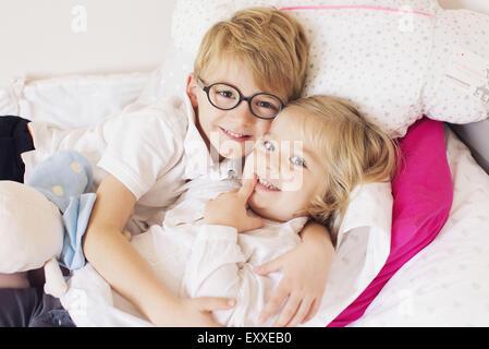 Junge umarmt kleine Schwester - Stockfoto