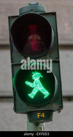 """Ampelmannchen, die """"kleine Ampelmännchen"""", Fußgänger Symbol im ehemaligen Ost-Berlin. Grün bedeutet sicher zu gehen. - Stockfoto"""