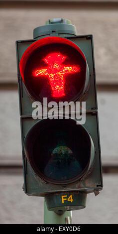 """Ampelmannchen, die """"kleine Ampelmännchen"""", Fußgänger Symbol im ehemaligen Ost-Berlin. Rot steht für Stop und warten. - Stockfoto"""