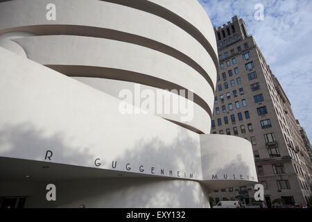 NEW YORK - 27. Mai 2015: The Solomon R. Guggenheim Museum, oft als The Guggenheim ist ein Kunstmuseum am 1071 - Stockfoto