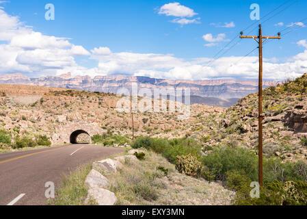Linie 12 Tunnel als die Berge der Sierra Del Carmen Aufstieg im Hintergrund, in Big Bend Nationalpark, Texas. - Stockfoto