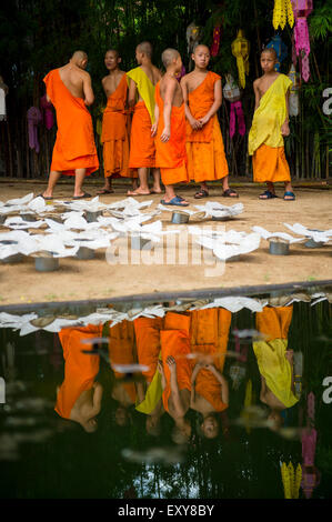 CHIANG MAI, THAILAND - 6. November 2014: Junge buddhistische Mönche für ein Festival der Lichter Loi Krathong Zeremonie - Stockfoto