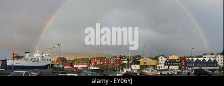 Tórshavn die Hauptstadt und größte Stadt der Färöer mit Regenbogen - Stockfoto