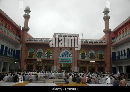 Lahore. 18. Juli 2015. Pakistanische Muslime beten, das Eid al-Fitr fest im östlichen Pakistan Lahore, am 18. Juli 2015 zu feiern. © Schröder/Xinhua/Alamy Live-Nachrichten