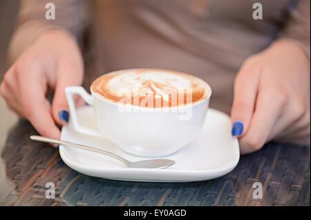 Nahaufnahme von Tasse mit Kaffee - Stockfoto