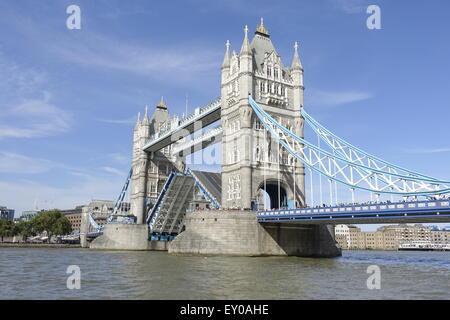 London Bridge öffnet - Stockfoto