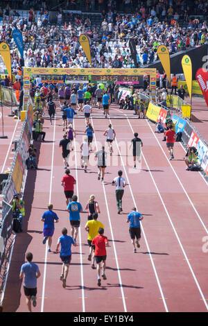 London, UK. 19. Juli 2015. Tausende Läufer nehmen an der 10k großen Newham London laufen im Queen Elizabeth Olympic - Stockfoto