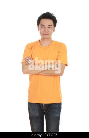 Mann mit verschränkten Armen und mit orange T-shirt isoliert auf weißem Hintergrund. - Stockfoto