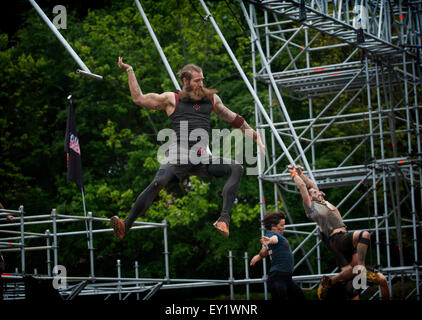 Konkurrenten nehmen Teil die Tough Mudder Schottland im Drumlanrig Castle am 21. Juni 2015 in Dumfries and Galloway, - Stockfoto