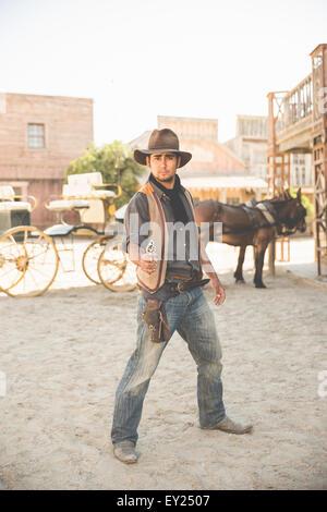 Porträt von Cowboy zeigenden Waffe im wilden Westen Film set, Fort Bravo, Tabernas, Almeria, Spanien - Stockfoto