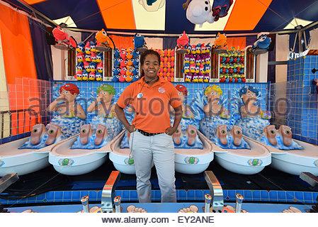 Ein Teenager-Studentin auf ihren Sommerjob bei einer Konzession im Luna Park auf Coney Island, Brooklyn, New York - Stockfoto