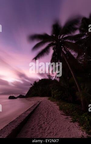 Farbenfrohen Sonnenuntergang Langzeitbelichtung bei Anse Source d ' Argent in La Digue, Seychellen mit Granitfelsen - Stockfoto