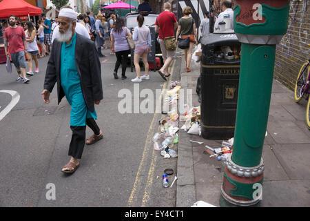 Brick Lane Straßenszene am Sonntag Markttag, London, UK. Dies ist ein abhängen für Hipster und coole Kids geworden. - Stockfoto
