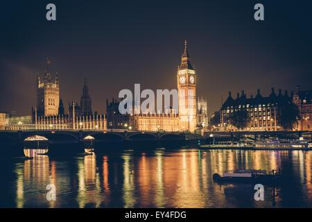 Blick auf Big Ben und Westminster über Themse bei Nacht.  Dieses Bild hat einen Retro-Filtereffekt - Stockfoto