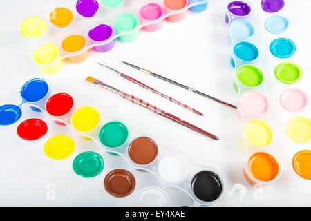 Pinsel und Farbe in verschiedenen Farben in Containern. - Stockfoto