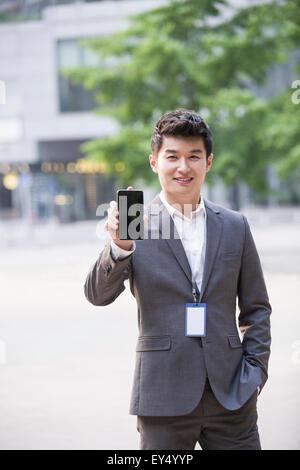 Junger Geschäftsmann mit Smartphone - Stockfoto