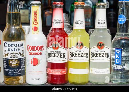 Bacardi Breezer Getränkeflaschen auf dem Display in einem ...