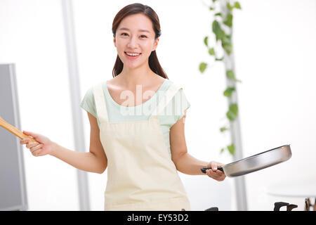 Junge Frau in Küche - Stockfoto